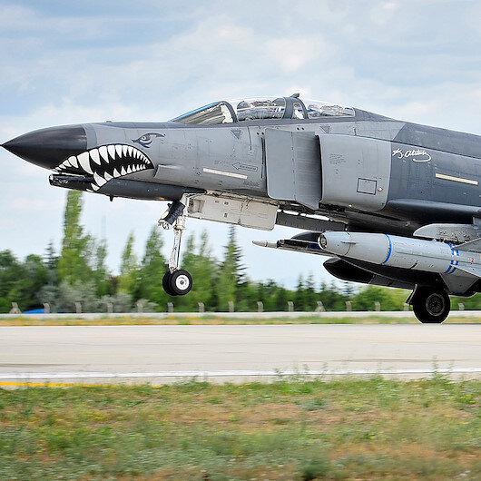 Malatya'da F-4 uçağı iniş sırasında arızalandı pilotlar kurtuldu