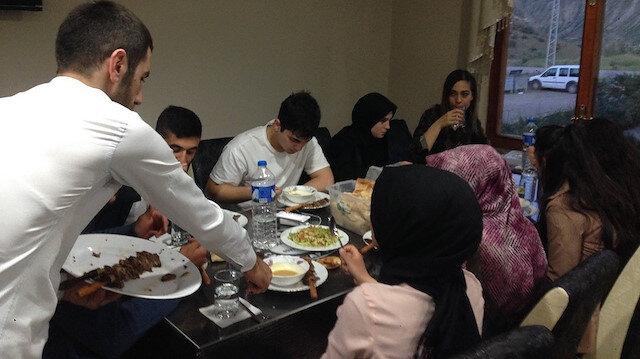 Sadece öğrencilere iftar veriyor cağ kebap ikram ediyor
