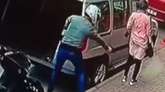 Pide kuyruğunda bekleyen kadına silahlı saldırı kamerada