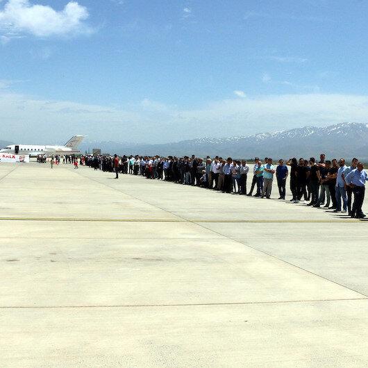 Binali Yıldırım'a havaalanında yoğun ilgi: 1 saatte vedalaştılar