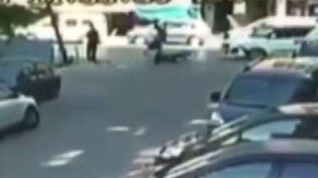 Aracın çarptığı motosikletli kaldırımdaki yayanın üstüne düştü