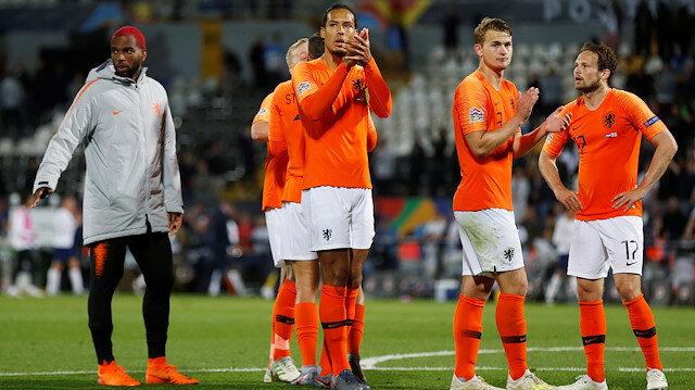 Hollandalı oyuncular maç sonunda taraftarların olduğu bölüme gidip galibiyeti kutladı.