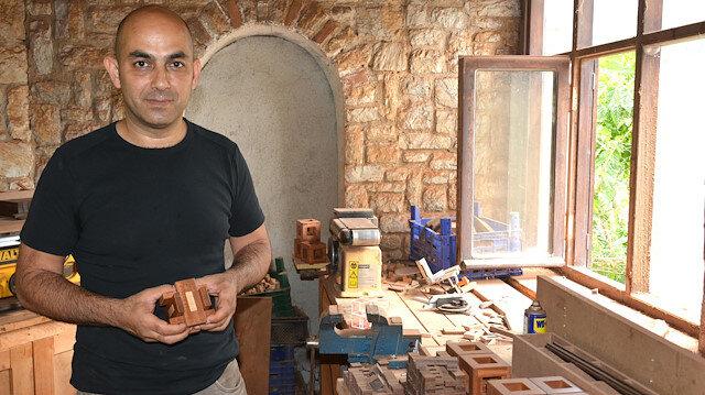 Yavuz Demirhan yaptığı tahta yapbozları dünyaya satıyor.