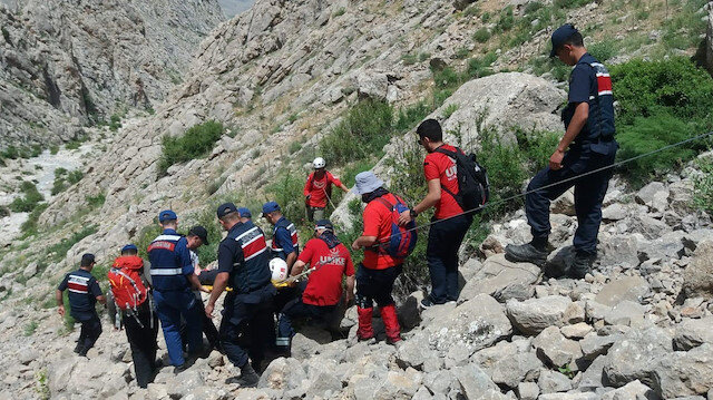Yaralı dağcıyı kurtarma operasyonu sırasında kayalıklara düşen askerimiz şehit düştü