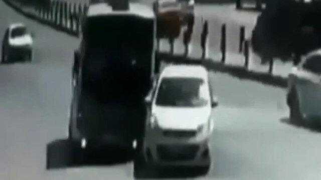 Minibüs sürücüsünün dikkatiyle faciayı önlediği anlar kamerada