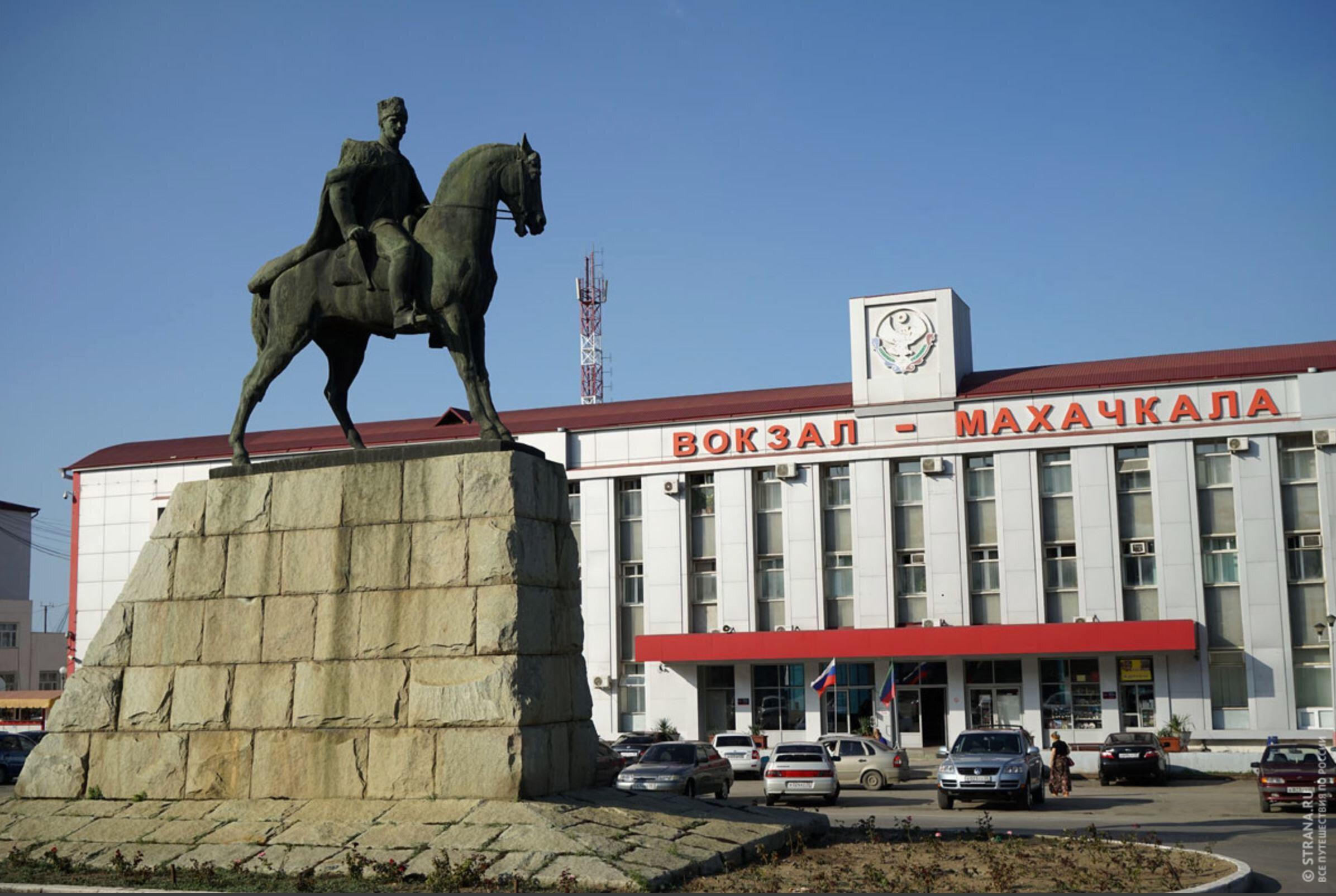 ''Mahaç'' lakaplı Dağıstanlı bolşevik lider Mogamedali Dakadeyev'in Mahaçkale tren garı önündeki heykeli