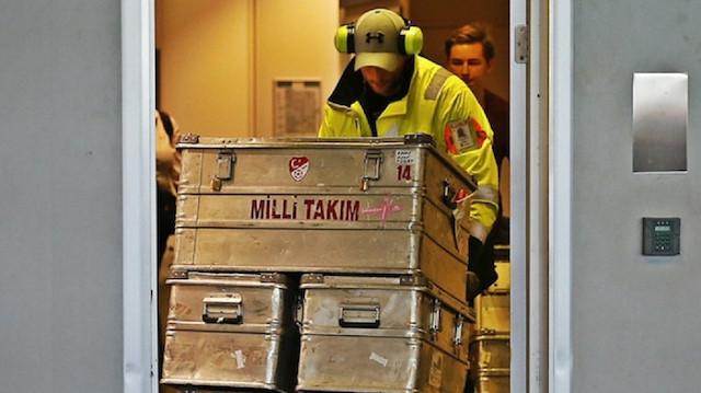 Milli takım kafilesinin bagajları inceleme odasından çıkartılıyor.