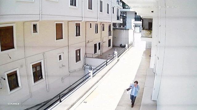 Nimet Çakıl'ın kendisini arayanlara parayı teslim etmek için evinden çıkması ve parayı verdikten sonra evine dönmesi güvenlik kameralarına yansıdı.