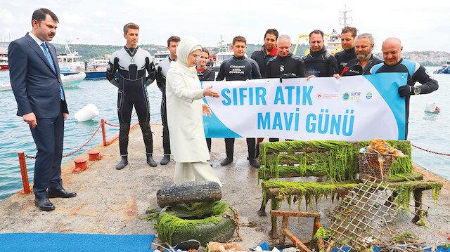 Emine Erdoğan ve Murat Kurum denizden çıkarılan yabancı maddeleri inceledi.