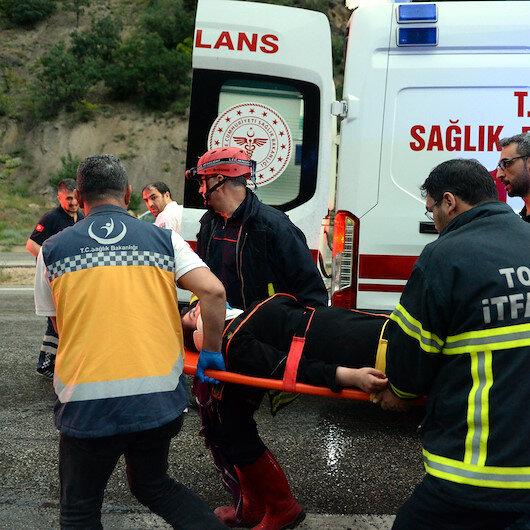 Tokat'ta hafif ticari araç ile otomobil çarpıştı: 10 yaralı