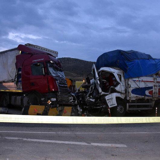 TIR, kamyon, minibüsün karıştığı feci kazada 2 kişi öldü