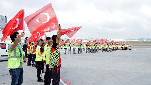 Milliler Türk bayraklarıyla karşılandı