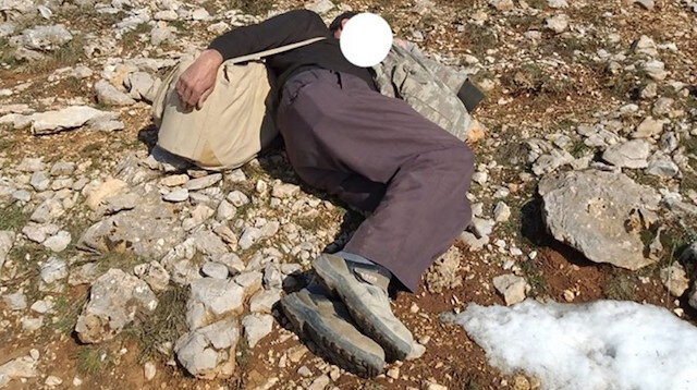 Uyuyor taklidi yapan kaçak avcı.