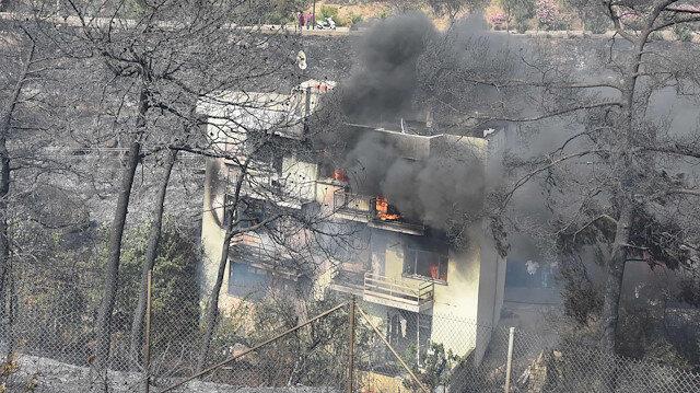 İzmir'de ormanlık alandaki yangın evlere sıçradı