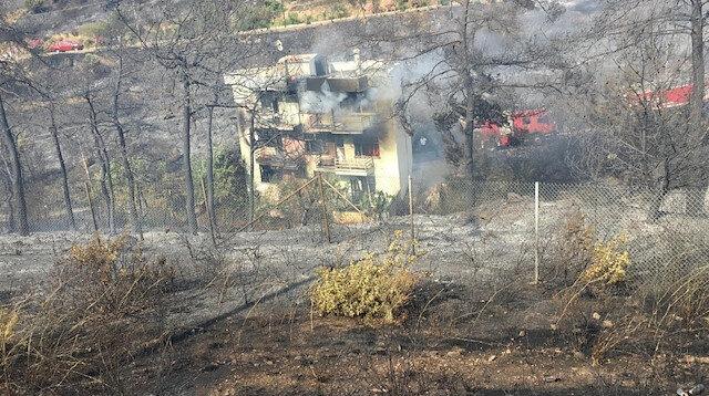İzmir'de çıkan yangına havadan ve karadan müdahale ediliyor.