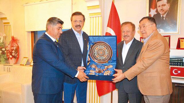 Türkiye Odalar ve Borsalar Birliği Başkanı Rıfat Hisarcıklıoğlu,  Haymana Belediye Başkanı Özdemir Turgut'u makamında ziyaret etti.