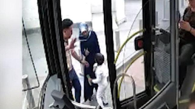 Otobüste unutulan çocuğu ailesine teslim etti