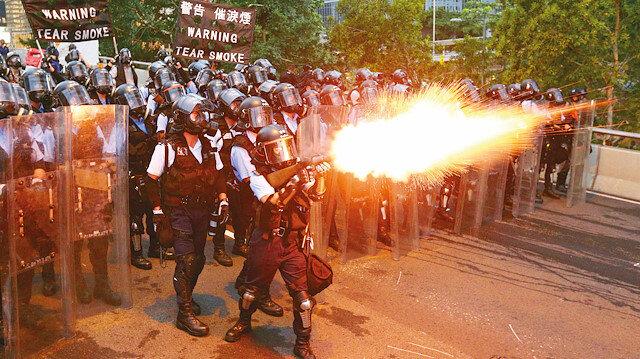 Onbinler polisle çatıştı