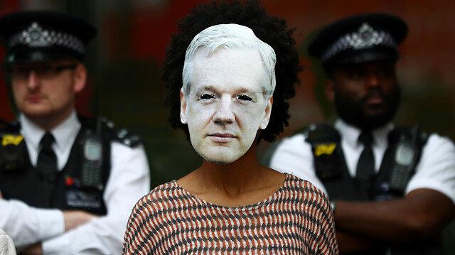 WikiLeaks'in kurucusu, Julian Assange dava öncesi mahkeme önünde protesto edildi.