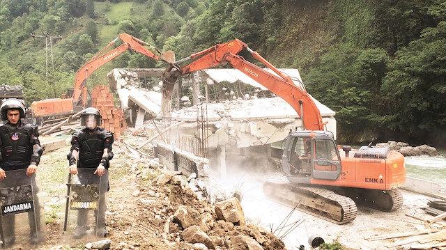 Kaçak yapıların 15 tanesi yıkıldı.