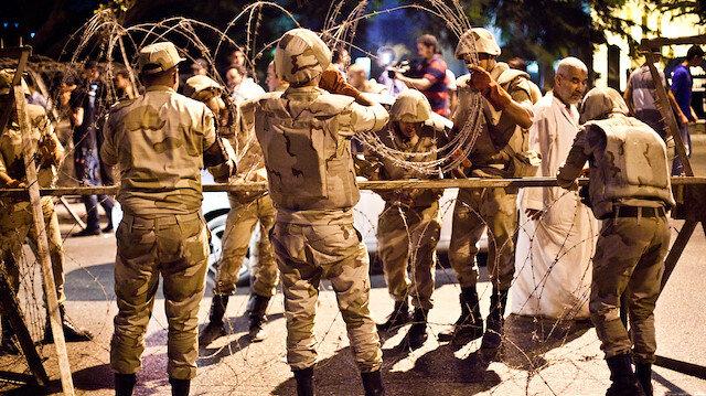 Mısır'da darbeci rejimin askerleri, büyük ayaklanmaya karşı sokaklara indi.