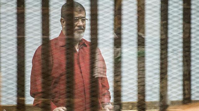 Mısır'ın seçilmiş ilk Cumhurbaşkanı Muhammed Mursi, mahkemeye idam kıyafetiyle çıkarılmıştı.