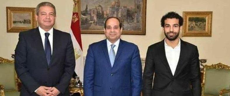 Muhammed Salah, Mısır'ın darbeci lideri Sisi ile birlikte yaptığı özel bir görüşmenin ardından poz veriyor.