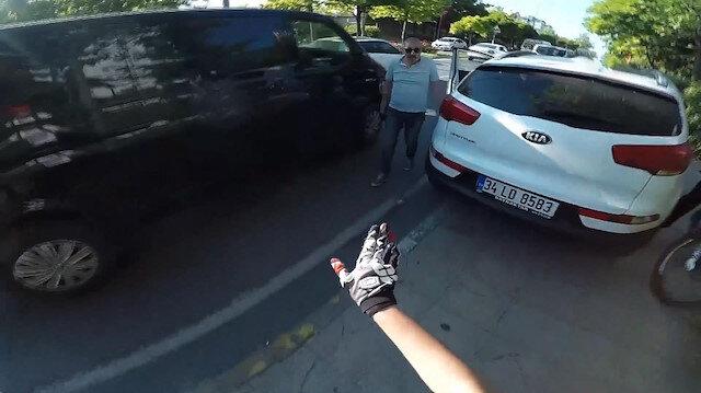 Otomobilini kaldırıma park edip bisikletlilerin üzerine yürüdü
