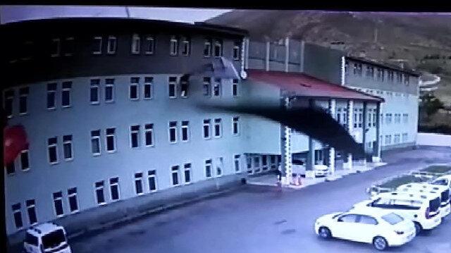 Fırtına binanın çatısını böyle uçurdu