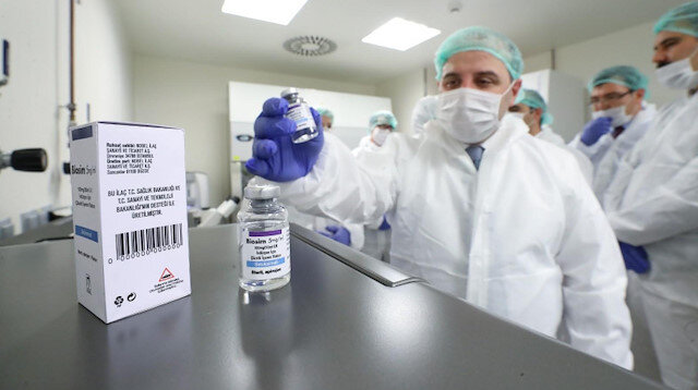 Sanayi ve Teknoloji Bakanı Mustafa Varank, TÜBİTAK'ın baş ve boyun kanserlerinin tedavisinde kullanılmak üzere başlattığı yerli ilaç çalışmalarını yerinde inceledi. (Foto:AA)