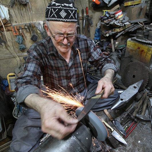 """عراقي يناضل لحماية السكاكين اليدوية من """"الذبح"""""""