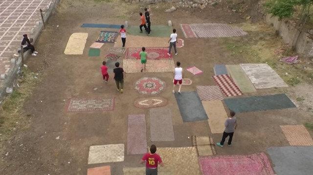 Çocuklar eski halı ve kilimlerle halı saha yaptı