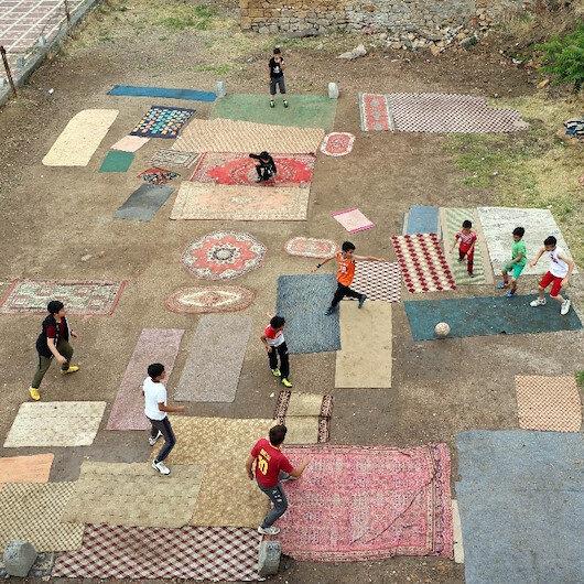 Yozgat'ta çocuklar eski halı ve kilimlerle halı saha yaptı