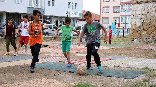 Çocuklar saha görünümü verdikleri boş arsada futbol oynamanın keyfini yaşıyor.