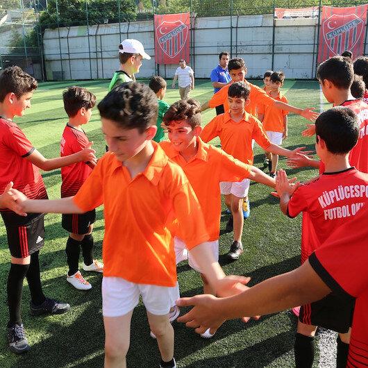 """""""الساحرة المستديرة"""" تجمع أيتاما سوريين مع أطفال أتراك باسطنبول"""