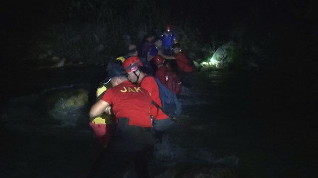 Kanyonda mahsur kalan öğretmenler insan zinciriyle kurtarıldı