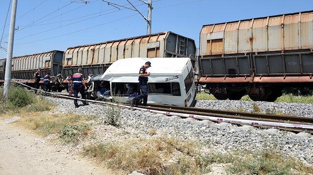 Mersin'de trenin çarptığı minibüsün sürücüsü tutuklandı