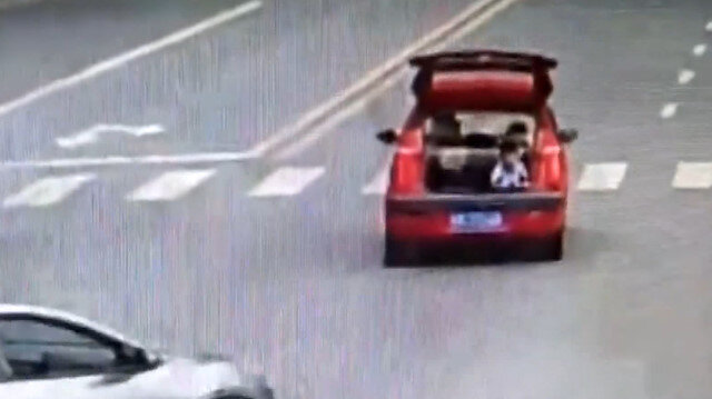 Arabanın bagajını açan çocuğun tehlikeli yolculuğu