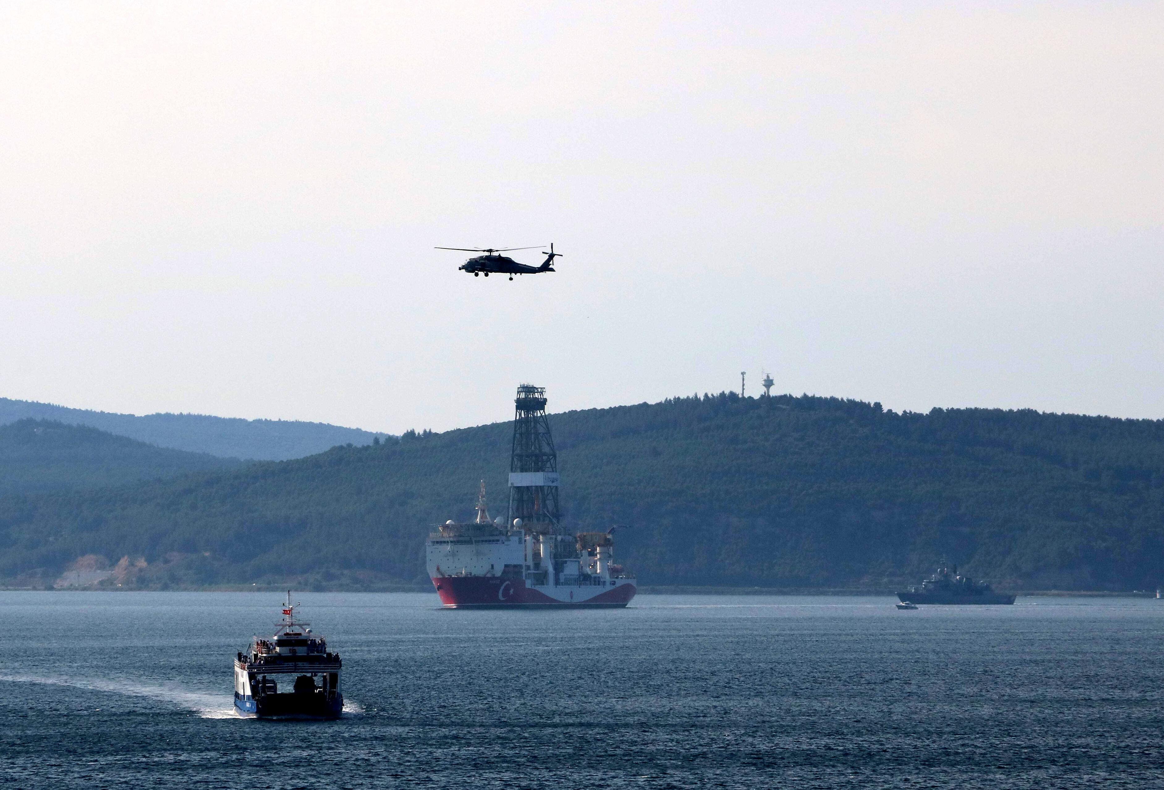 Yavuz Sismik Gemisi, Çanakkale Boğazı'ndan geçerken.