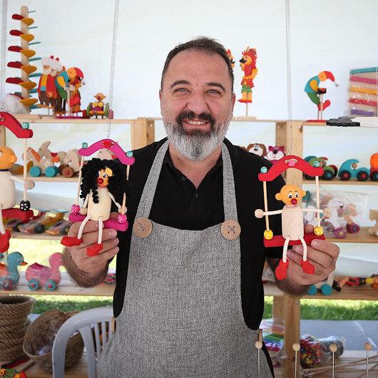 حرفي تركي يبدع في صناعة الألعاب الخشبية منذ 20 عامًا
