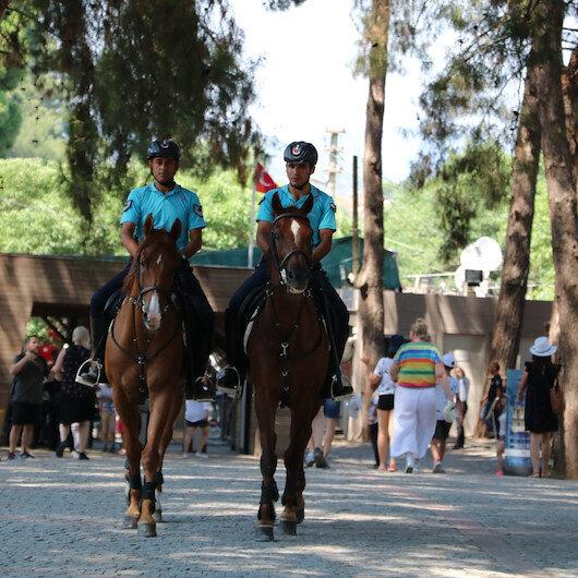 فرق الخيالة تسخر جهودها لتأمين السياح غربي تركيا