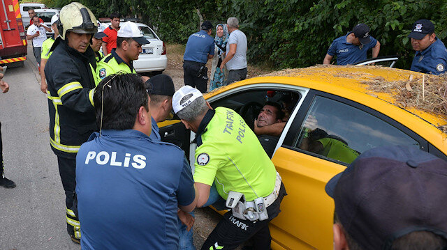Kendini araca kitleyen sürücü, polislerin uzun çabaları sonrası aracından çıkarıldı.