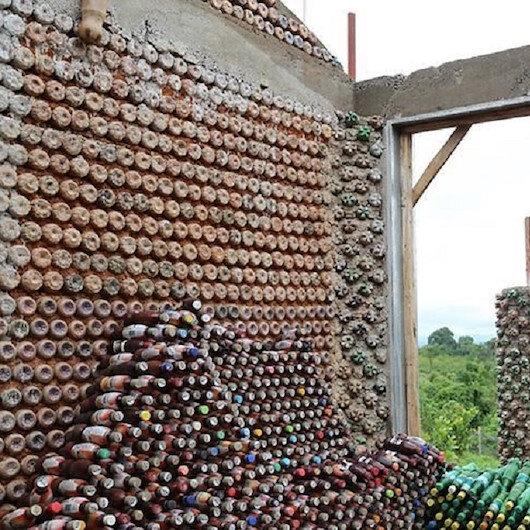 """معماري نيجيري يبني أكبر منزل """"بلاستيك مدور"""" في إفريقيا"""