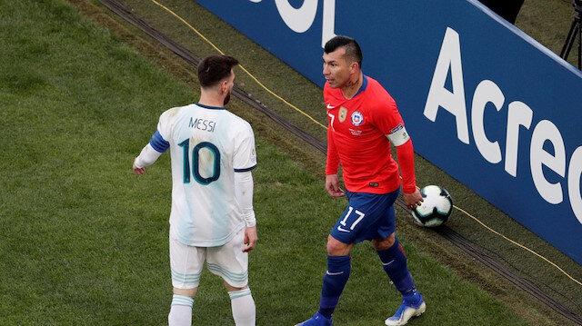 Messi ve Medel'in saha içinde yaşadığı tartışmadan bir kare.