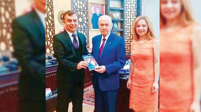 """Prof. Dr. Bilgehan Gültekin ve kız kardeşi Doç. Dr. Tuba Gültekin, MHP Genel Başkanı Bahçeli'ye yazdıkları genel başkanlığının 22. yıl dönümünde """"Lider: Devlet Bahçeli"""" kitabını hediye etti."""