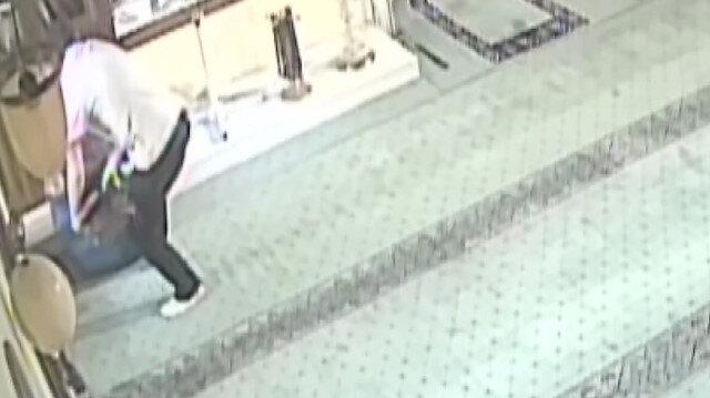 Namaz kılma numarası yapan hırsız tarihi saati çaldı