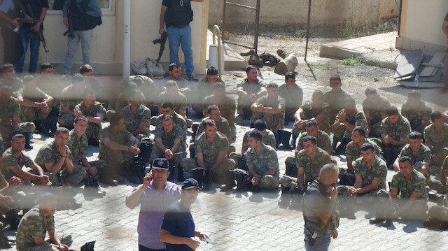 15 Temmuz'daki hain darbe girişimine katılan askerler sabah saatlerinde polisler tarafından gözaltına alınmıştı.