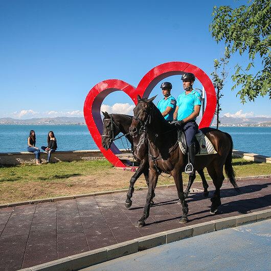 """خيالة الدرك التركي .. دوريات على طول كورنيش بحيرة """"وان"""""""