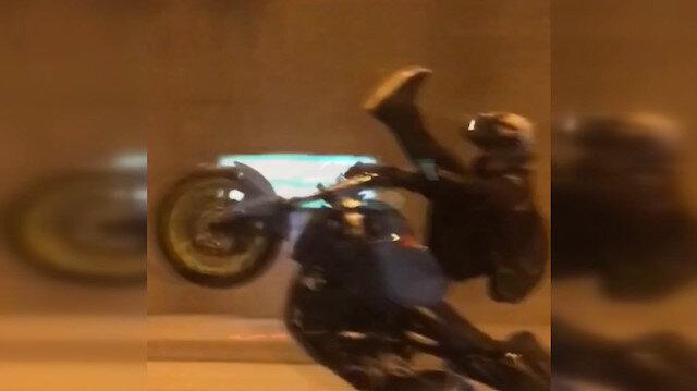 Motosikletli maganda deponun üstüne oturup ön kaldırdı