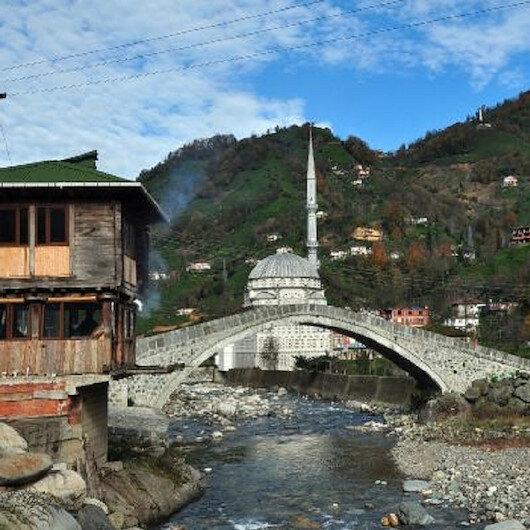 Rize'de 300 yıllık kemer köprü çöktü